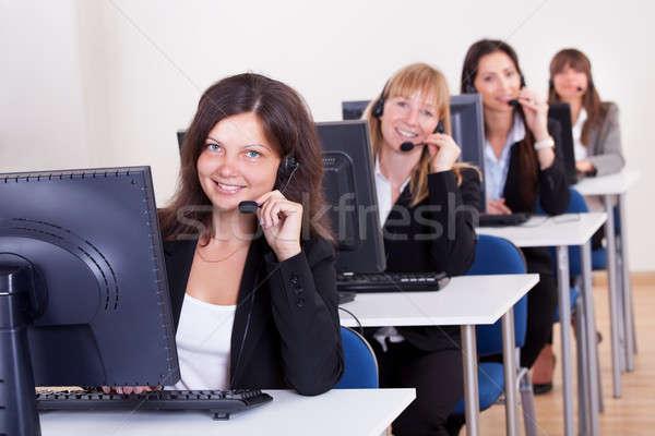 Call center atraente jovem informática Foto stock © AndreyPopov