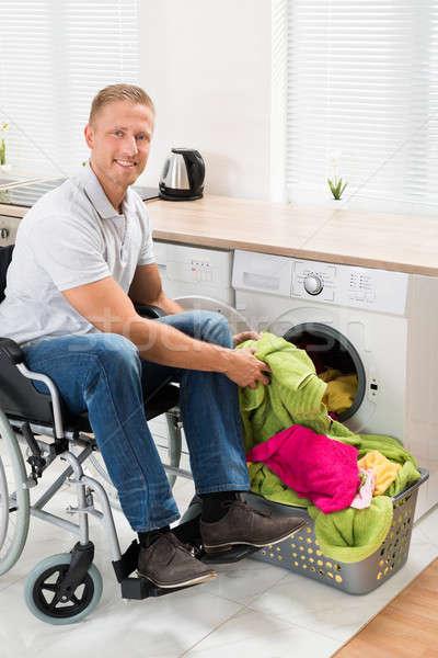 Stock fotó: Férfi · tolószék · ruházat · mosógép · fiatal · boldog