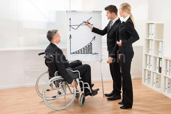 üzletemberek hallgat üzletember magyaráz grafikon fiatal Stock fotó © AndreyPopov