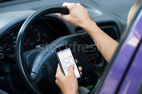Stok fotoğraf: Eller · mesaj · sürücü · araba · görüntü · telefon
