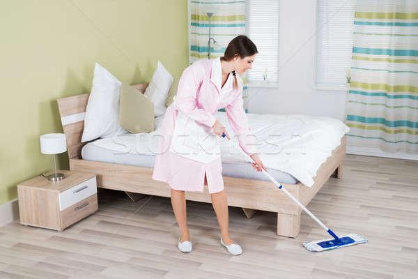 Női házvezetőnő takarítás padló fiatal nő Stock fotó © AndreyPopov