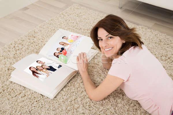 幸せ 女性 家族 アルバム 若い女性 カーペット ストックフォト © AndreyPopov