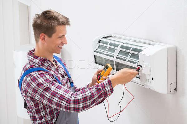 Technikus megvizsgál légkondicionáló férfi fal szoba Stock fotó © AndreyPopov
