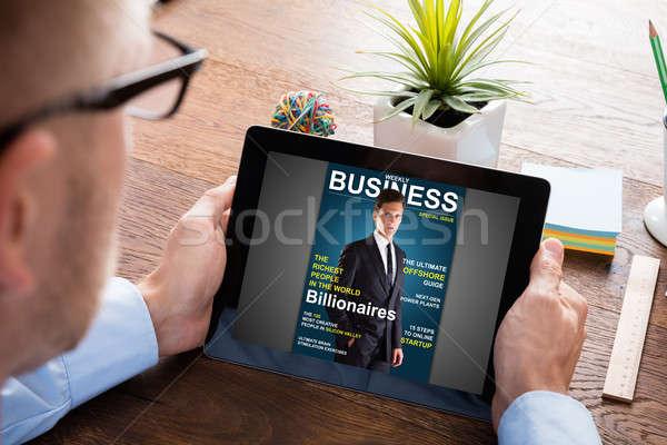 üzletember olvas online magazin közelkép digitális Stock fotó © AndreyPopov