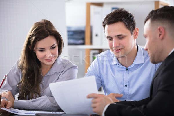 Adviseur bespreken paar praten vergadering kantoor Stockfoto © AndreyPopov