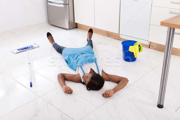 Inconsciente dona de casa cozinha piso africano balde Foto stock © AndreyPopov