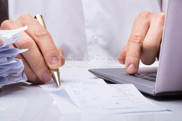 Empresario manos recepción pluma escritorio hombre Foto stock © AndreyPopov