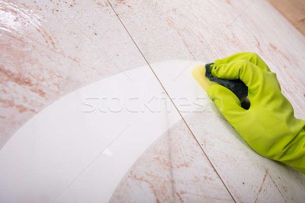 Mãos luvas de borracha cozinha azulejos trabalhar Foto stock © AndreyPopov