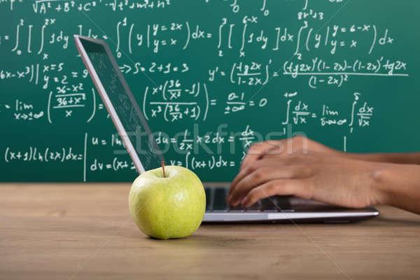 Foto stock: Mão · usando · laptop · verde · maçã · sala · de · aula