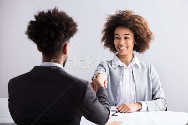 Zakenvrouw handen schudden mannelijke aanvrager glimlachend jonge Stockfoto © AndreyPopov