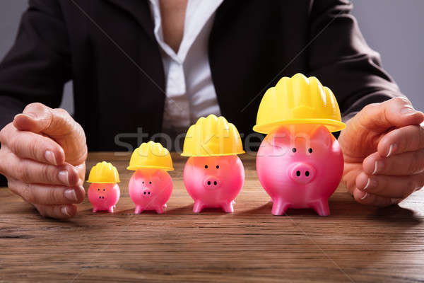 üzletember citromsárga munkavédelmi sisak kéz emelkedő rózsaszín Stock fotó © AndreyPopov