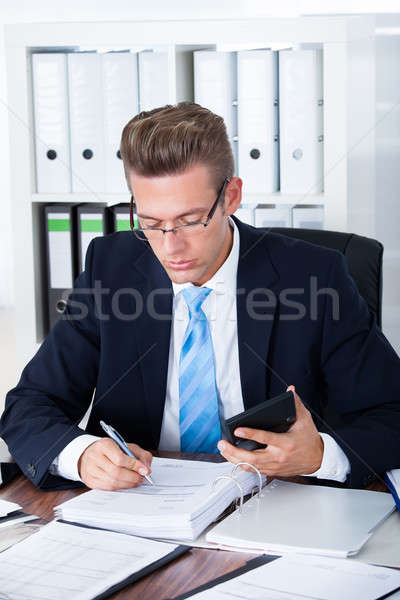 Сток-фото: бизнесмен · калькулятор · портрет · молодые · служба · бизнеса