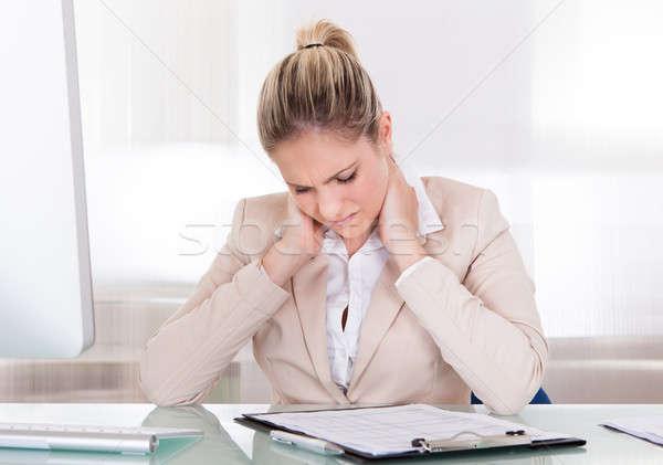 Zdjęcia stock: Młodych · kobieta · interesu · cierpienie · ból · szyi · biuro · komputera