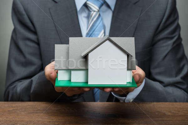 Foto d'archivio: Imprenditore · casa · modello · primo · piano · legno