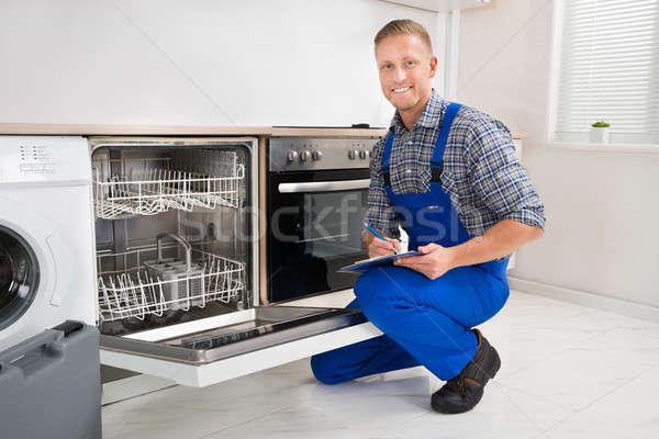 мастер на все руки буфер обмена глядя посудомоечная машина молодые Дать Сток-фото © AndreyPopov