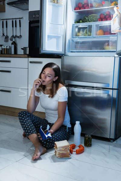 Stok fotoğraf: Kadın · yeme · çikolata · mutfak · oturma · zemin