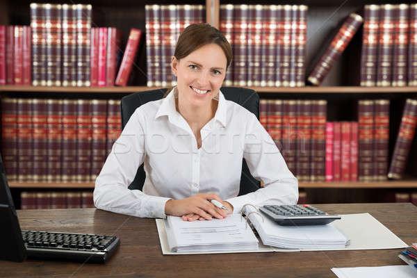 Retrato exitoso femenino contador sesión escritorio Foto stock © AndreyPopov