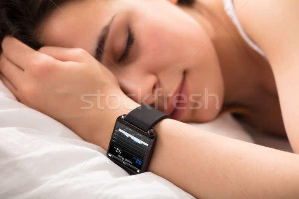 Battement de coeur suivre puce regarder femme dormir Photo stock © AndreyPopov