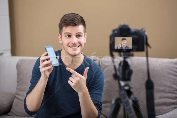 Stockfoto: Blogger · mobiele · telefoon · videocamera · glimlachend · jonge