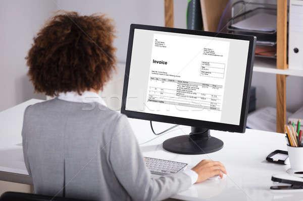 üzletember dolgozik számítógép számla képernyő iroda Stock fotó © AndreyPopov