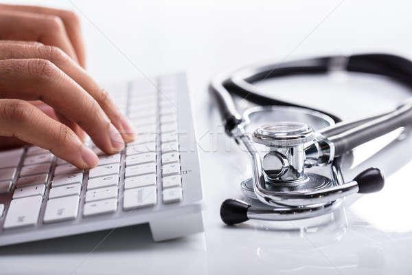 医師 入力 コンピュータのキーボード 聴診器 白 デスク ストックフォト © AndreyPopov