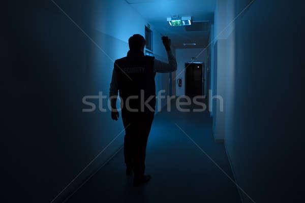 Сток-фото: охранник · Постоянный · коридор · здании · вид · сзади · стены