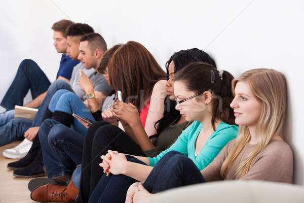 Stok fotoğraf: Öğrenciler · oturma · duvar · sınıf · kolej