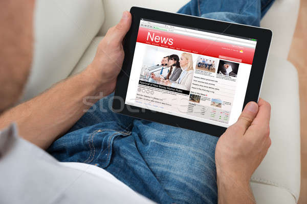 Persona guardare news digitale tablet primo piano Foto d'archivio © AndreyPopov