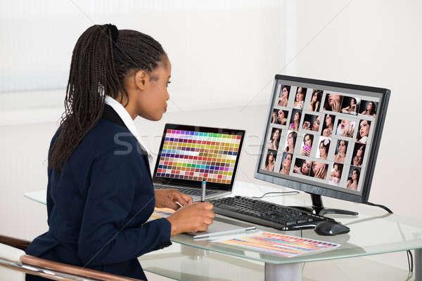 Foto stock: Estilista · fotos · computador · jovem · africano · mulher