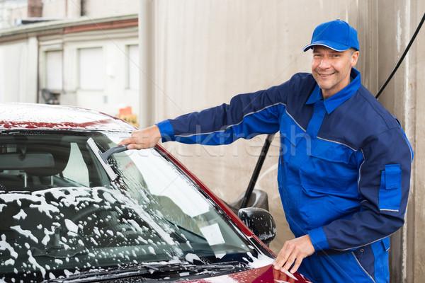 Trabalhador lavagem pára-brisas carro serviço estação Foto stock © AndreyPopov