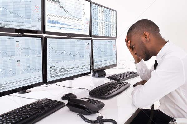 Nieszczęśliwy giełdzie pośrednik posiedzenia biuro wykresy Zdjęcia stock © AndreyPopov