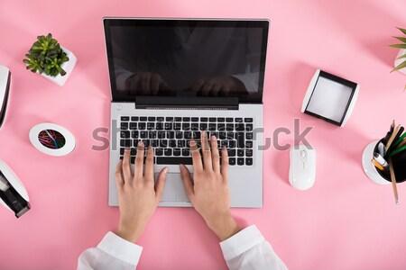 Zakenvrouw lezing schandaal nieuws laptop Stockfoto © AndreyPopov