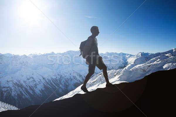 Andarilho caminhadas montanha inverno céu neve Foto stock © AndreyPopov