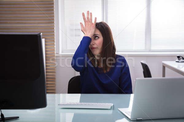 Zakenvrouw hand voorhoofd triest jonge vergadering Stockfoto © AndreyPopov