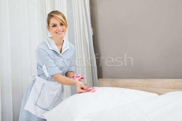 экономка кровать лепестков счастливым женщины цветок Сток-фото © AndreyPopov