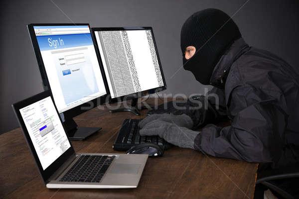 Piratería computadoras escritorio hombre Foto stock © AndreyPopov