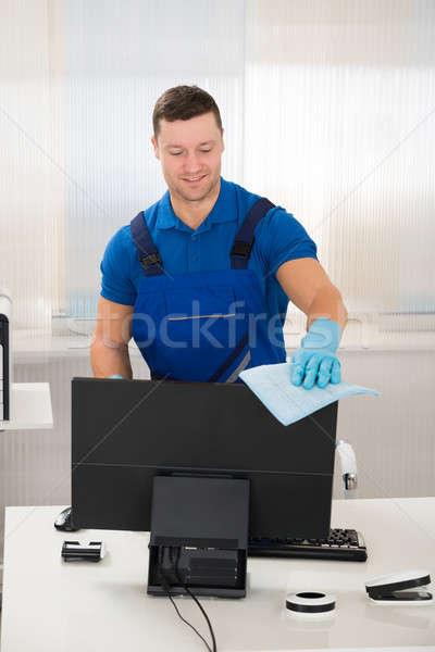 Munkás takarítás számítógépmonitor szivacs portré mosolyog Stock fotó © AndreyPopov