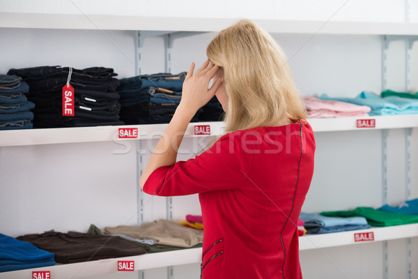 Foto stock: Confuso · mulher · olhando · roupa
