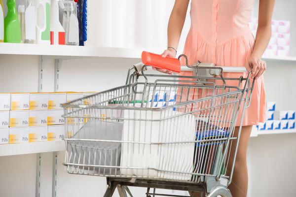 Kobieta koszyk zakupu piękna produktu sklepu Zdjęcia stock © AndreyPopov