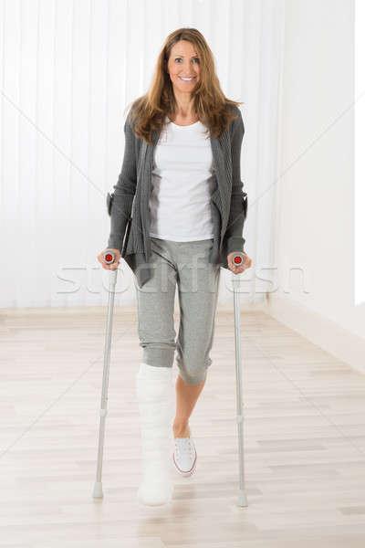 Mujer muletas caminando feliz mujer madura Foto stock © AndreyPopov