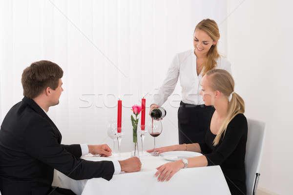 Serveerster wijn wijnglas paar vrouwelijke Stockfoto © AndreyPopov