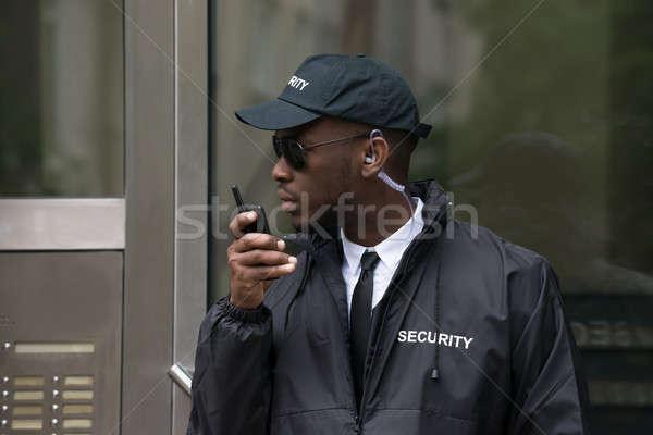 Ochroniarz mówić portret młodych Afryki mężczyzna Zdjęcia stock © AndreyPopov