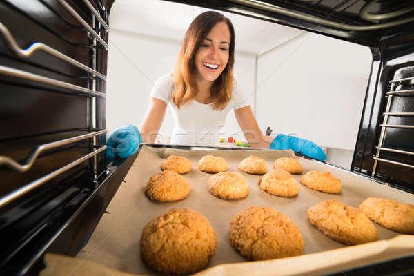 Gelukkig vrouw cookies oven jonge Stockfoto © AndreyPopov
