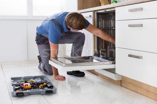 Bulaşık makinesi mutfak araç adam Stok fotoğraf © AndreyPopov