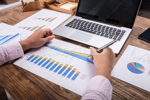 üzletasszony üzleti grafikon közelkép munkahely iroda kezek Stock fotó © AndreyPopov