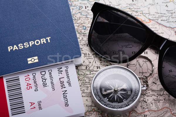 Foto stock: Embarque · bilhete · passaporte · bússola · mapa