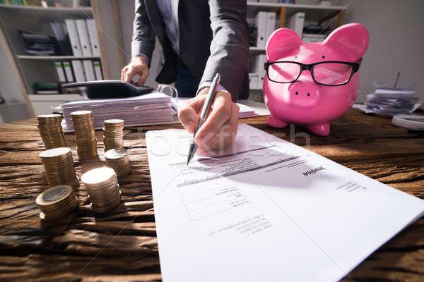 Homme d'affaires facture tirelire or pièces bureau Photo stock © AndreyPopov