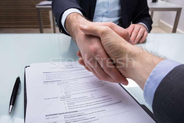 Uścisk dłoni wnioskodawca biurko strony Zdjęcia stock © AndreyPopov