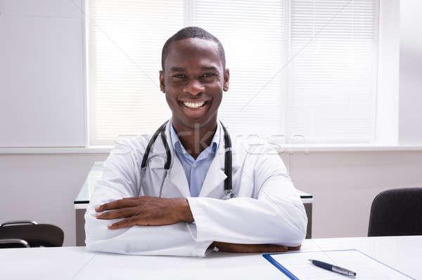 Retrato sonriendo doctor de sexo masculino clínica jóvenes médico Foto stock © AndreyPopov