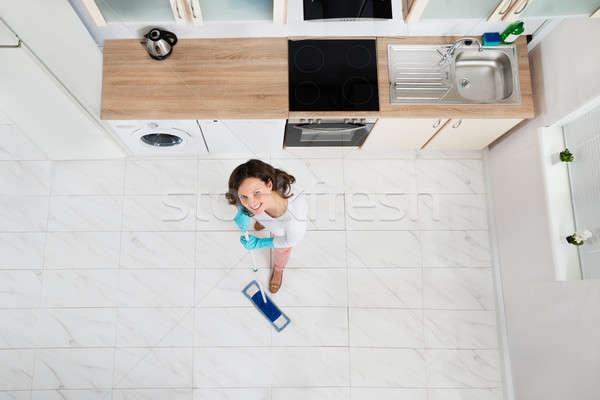 Mulher piso ver cozinha casa Foto stock © AndreyPopov